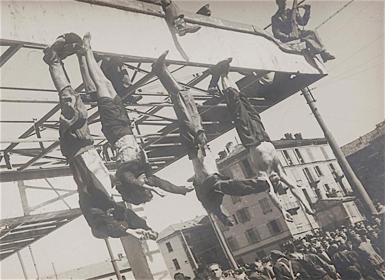 1945年4月28日、ムッソリーニの遺体が、ミラノのロレート広場に吊された