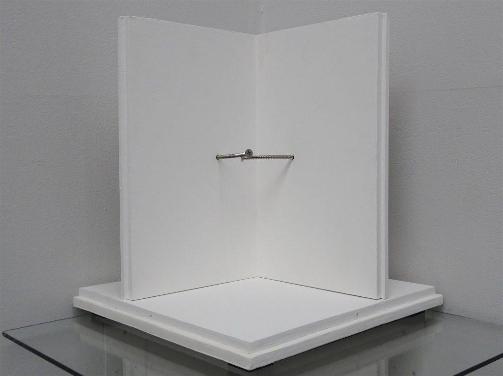 森田 浩彰 MORITA Hiroaki 「Screws」2017, bent screws, motor, steel, acrylic box, board 35 x 32 x 32 cm