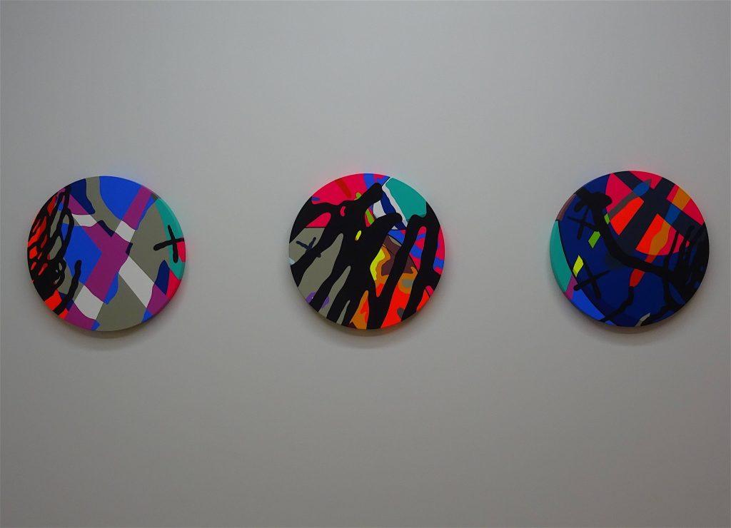 KAWS 「NYT」2018, acrylic on canvas, Ø 50.8 cm, each