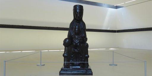 バーゼル市立美術館の学芸員フィアスコ:「ブラック・マドンナ」(キリスト教) vs. 「ブラック・天皇」(神道)
