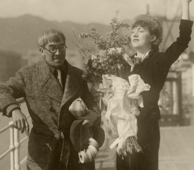 フランスへ一時帰国する恋人マドレーヌと、見送る画家の藤田嗣治、1935年2月23日