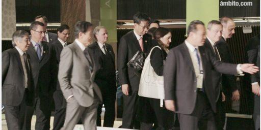 両手をポケットに突っ込んで歩く副総理・財務大臣 麻生太郎