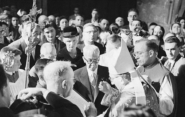 1959年10月14日、ランス・ノートルダム大聖堂で洗礼を受けるフジタ夫妻