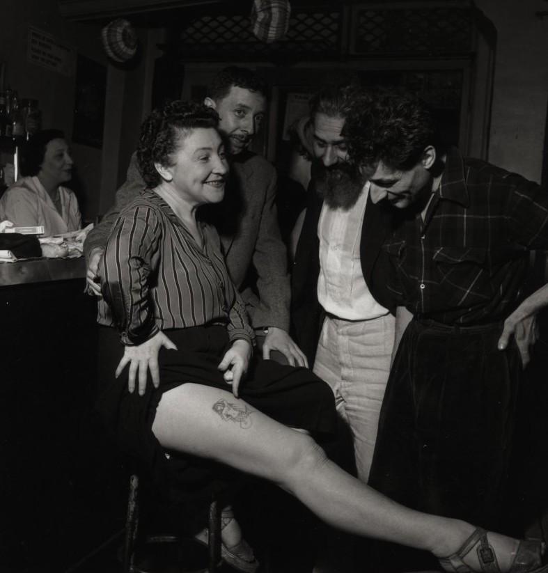 Youki 夫の藤田の「人魚」タトゥーを見せる藤田ユキ、パリ 1950年代