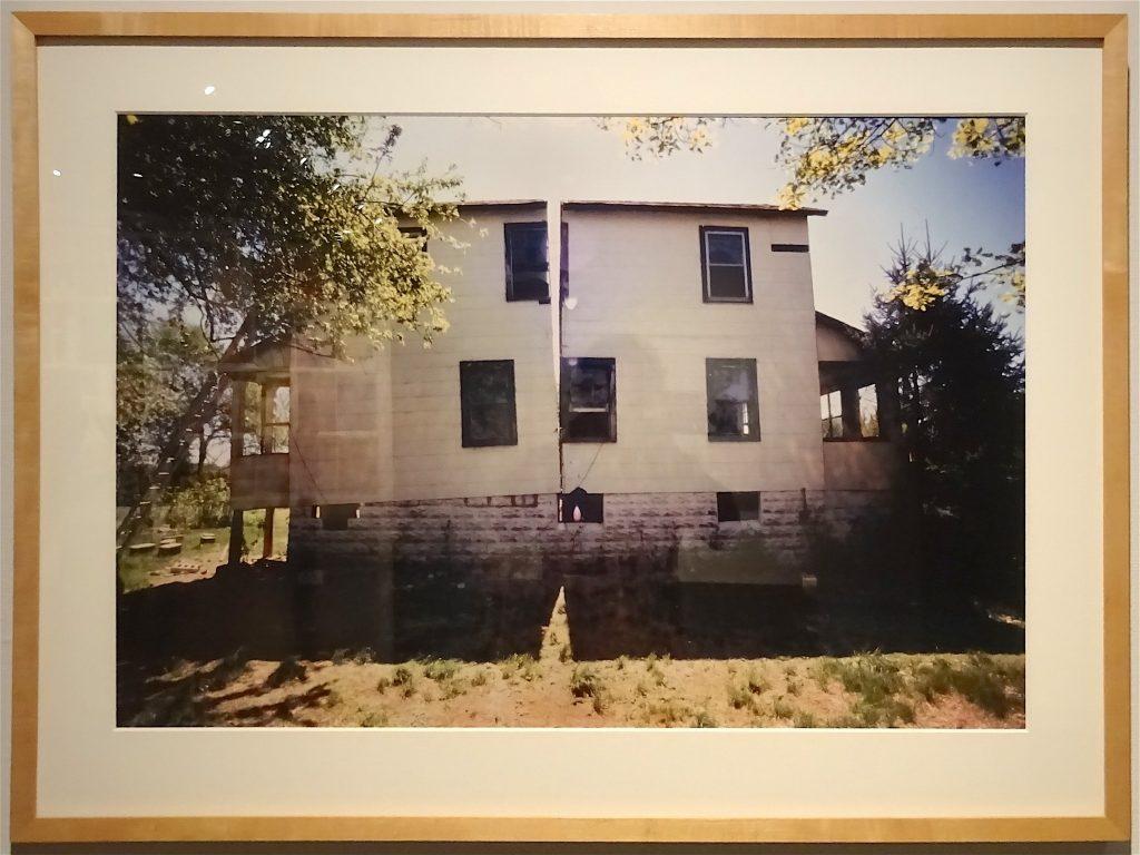 """ゴードン・マッタ・クラーク Gordon Matta-Clark """"Splitting"""" 1974, Silver dye bleach print (Cibachrome), Courtesy The Estate of Gordon Matta-Clark and David Zwirner, New York / London / Hongkong"""