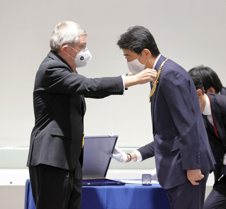 Former Japanese Prime Minister ABE receives the Olympic Order from the IOC President Bach in Tokyo 2020-11-16