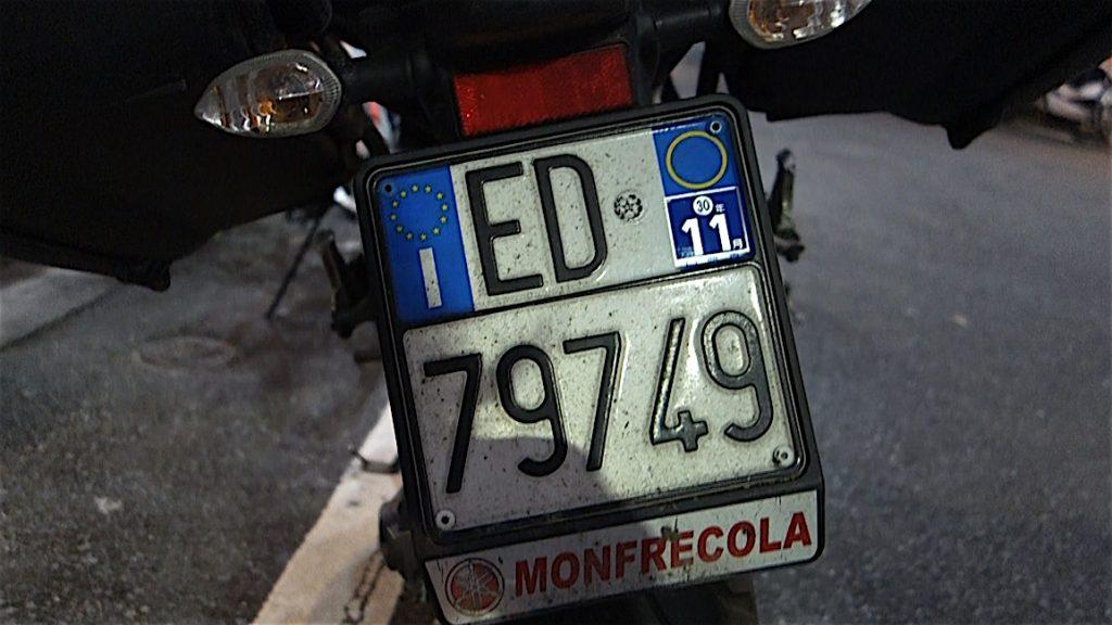 ロサリア・イアゼッタのバイクのイタリア・EUのナンバープレート