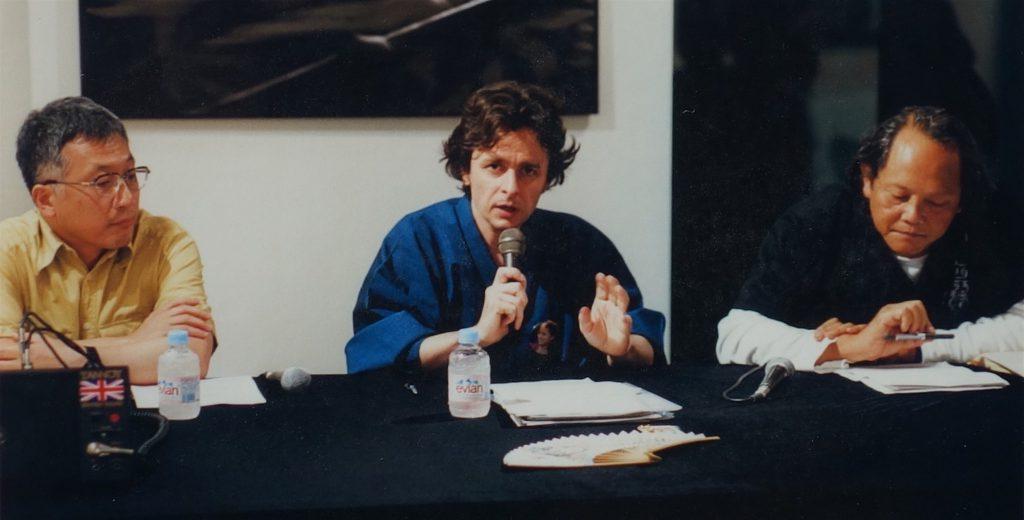 市原研太郎評論家、亜 真里男、ミヅマアートギャラリーオーナーの三潴末雄さん、ミヅマ アートギャラリー、東京青山、2001年8月10日