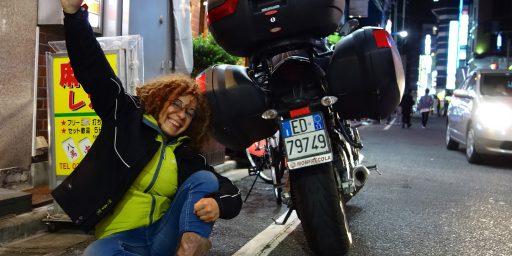 バイクでナポリ→東京!憧れロサリア・イアゼッタ教授:究極のソーシャル&アーティスティック・スカルプチュア、無国境と無恐怖の世界を見せる