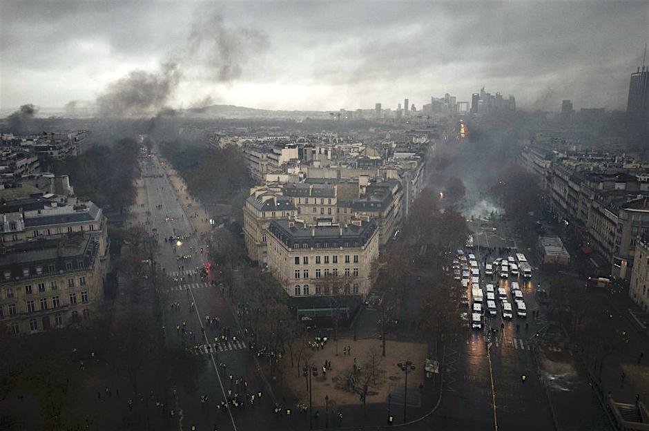 パリが燃えている。Paris