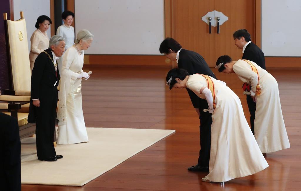 「新年祝賀の儀」で皇太子ご夫妻と秋篠宮ご夫妻からあいさつを受けられる天皇、皇后両陛下=1日午前、皇居・宮殿「松の間」