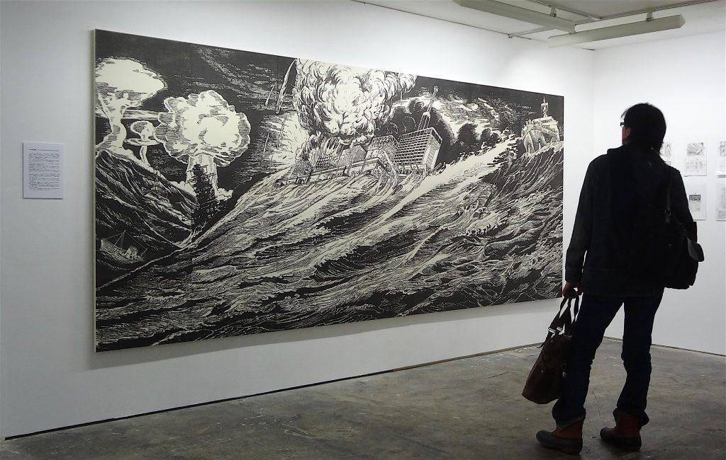 風間サチコ「噫怒濤の閉塞艦」2012年、木版画(墨、和紙、木製パネル)181-×-418cm-、東京都現代美術館蔵