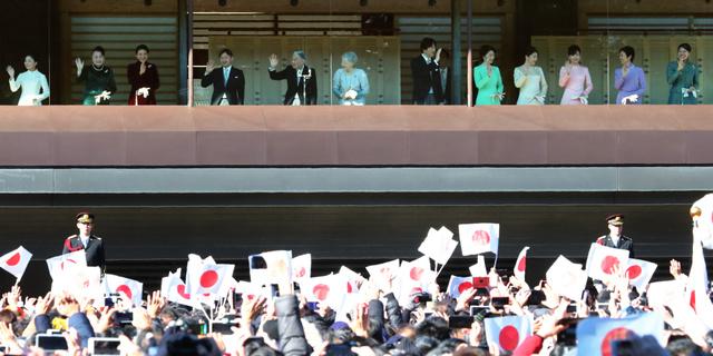 新年の一般参賀に訪れた人たちに手を振る天皇、皇后両陛下、皇族方=2019年1月2日午前