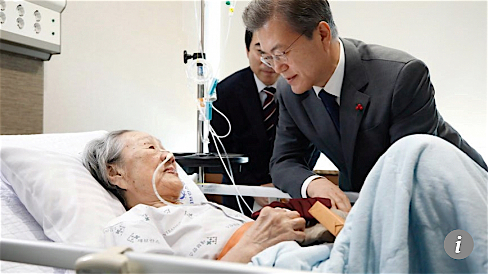 Kim Bok-dong with South Korean President Moon Jae-in