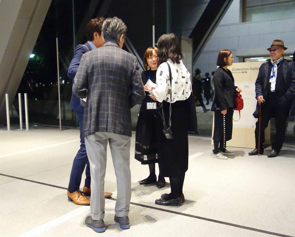 Curator NISHIKAWA Mihoko 西川美穂子, center