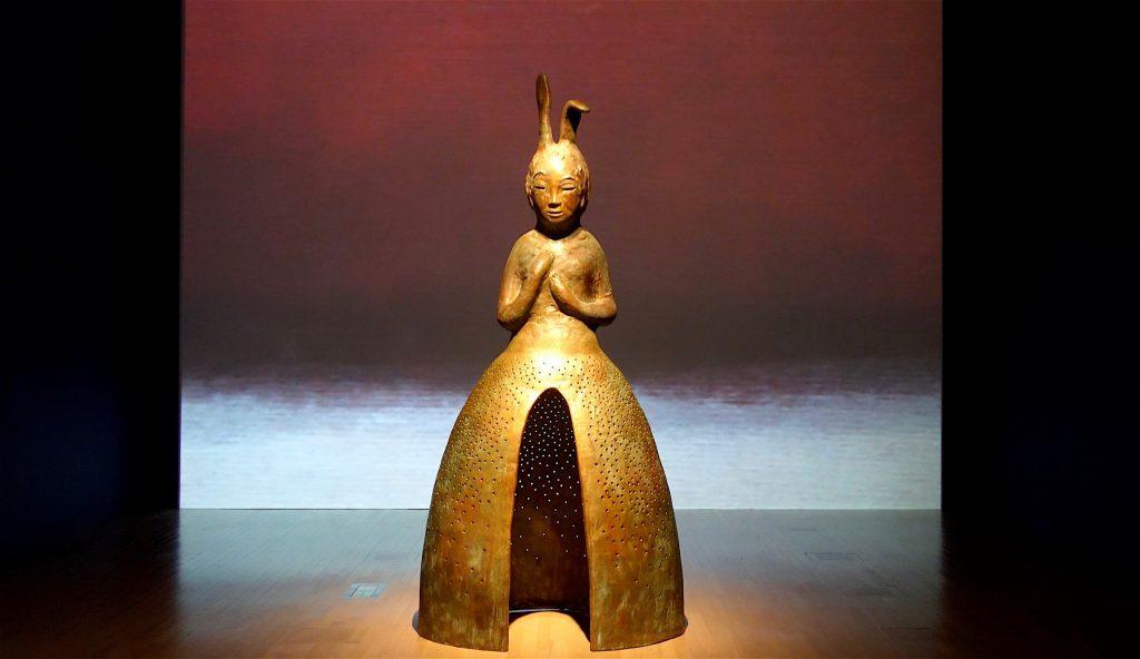 "IKEMURA Leiko イケムラレイコ「うさぎ観音 II」""Usagi Kannon II"" 2013-14, ブロンズ, パティナ Patinated bronze, 330 x 118 x 155 cm ケルン市立東洋美術館 Museum für Ostasiatische Kunst Köln"