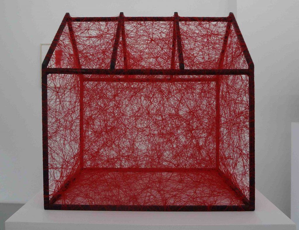 塩田千春 「Zustand des Seins (Rotes Haus) : State of Being (Red House)」2012
