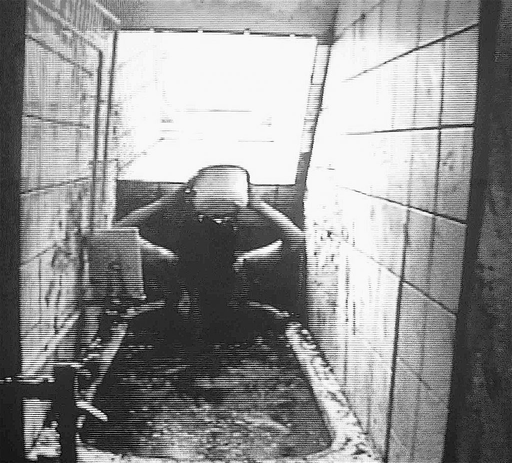 """塩田千春 SHIOTA Chiharu """"Bathroom"""" (1999) @ aktions galerie Berlin, 1999"""