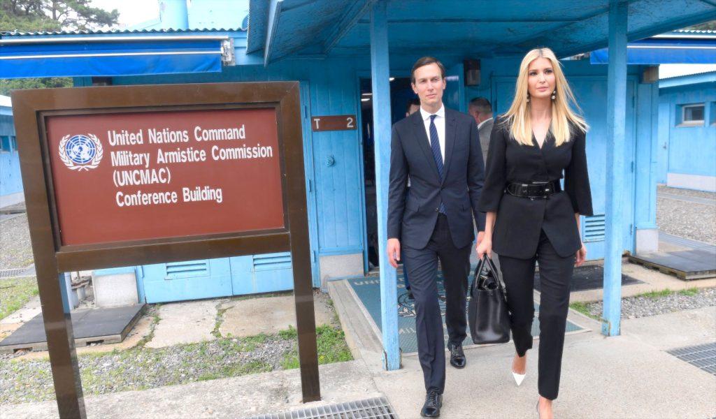 Panmunjom 朝鮮半島を南北に隔てる軍事境界線の韓国側で、夫のジャレッド・クシュナー米大統領上級顧問(左)と一緒に歩くイヴァンカ・トランプ大統領補佐官(右)2019年6月30日