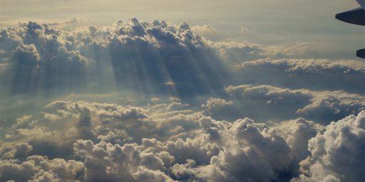 自由でボーダレスであるはずの雲の上を飛ぶ