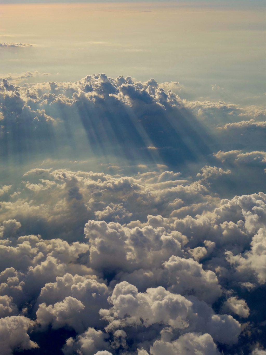 雲の上を飛ぶ2