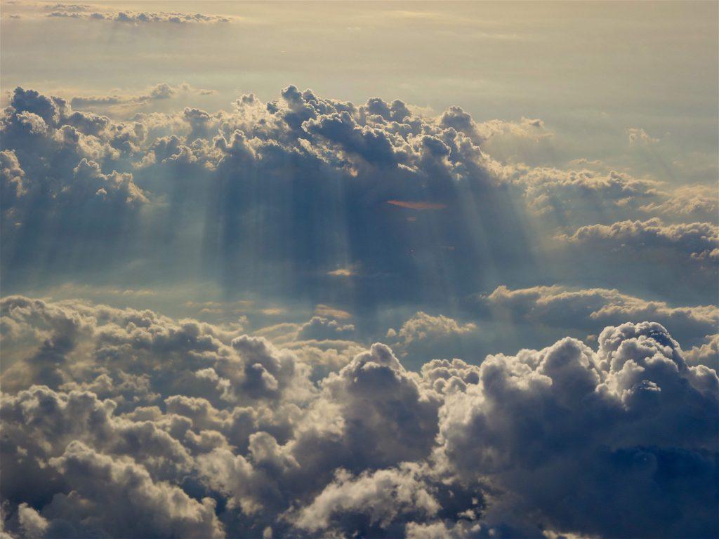 雲の上を飛ぶ3