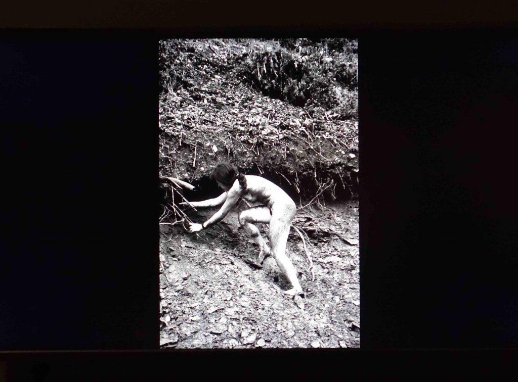 """塩田千春 SHIOTA Chiharu """"トライ・アンド・ゴー・ホーム Try and Go Home"""" 1997 (France)."""