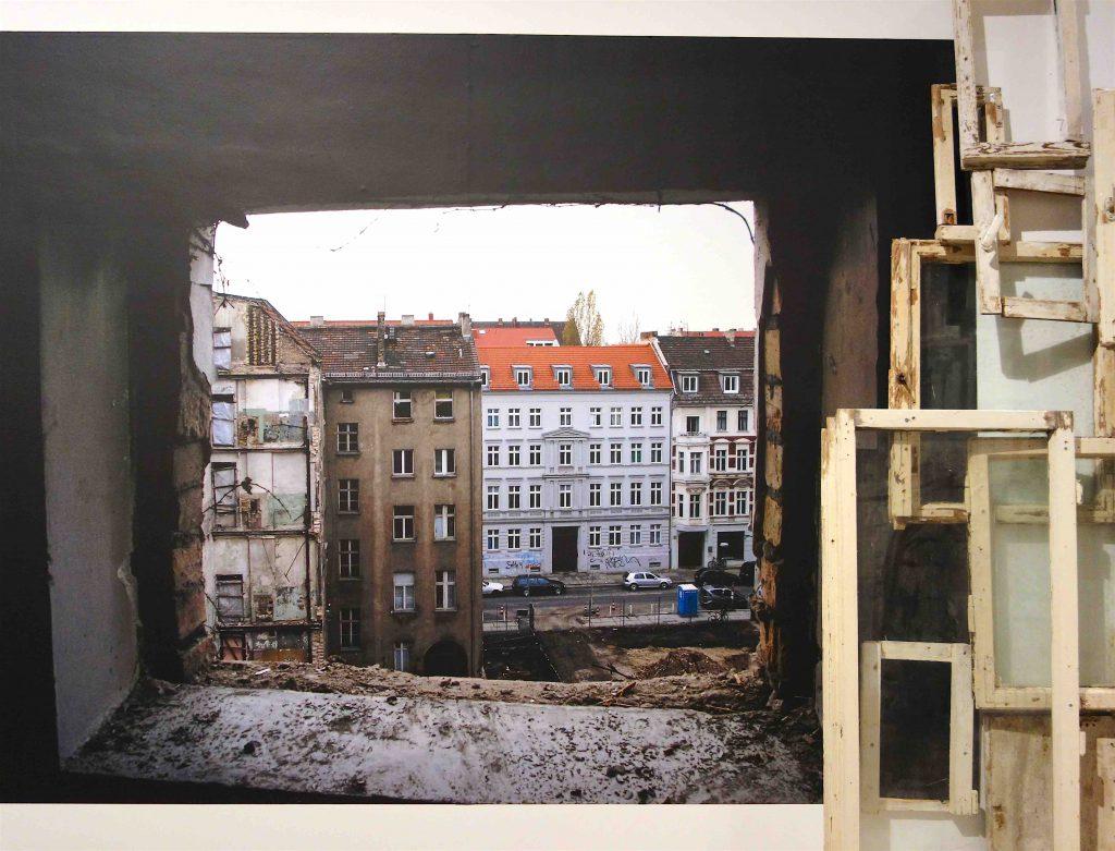 """塩田千春 SHIOTA Chiharu """"ベルリンの工事現場 View of Construction Site in Berlin"""" 2004 Photo taken by Sunhi Mang"""
