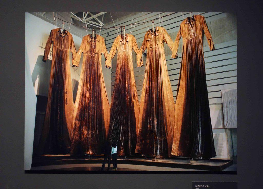 """塩田千春 SHIOTA Chiharu """"皮膚からの記憶 Memory of Skin"""" 2001. Installation (dresses, dirt, water) Yokohama Triennale 2001"""