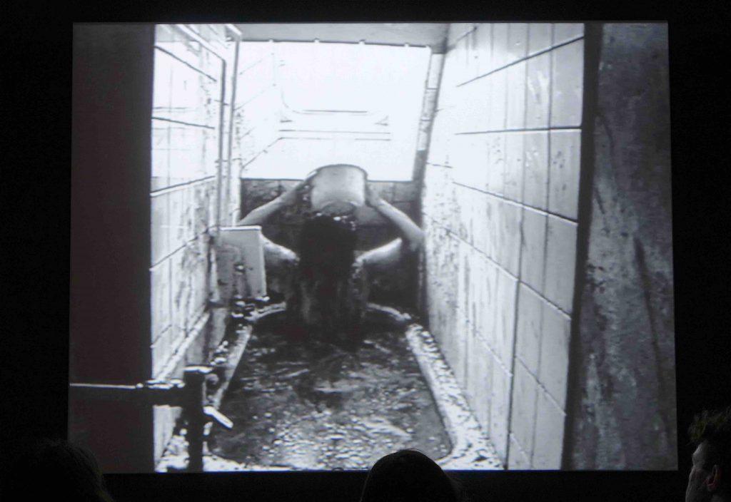 """塩田千春 SHIOTA Chiharu """"Bathroom"""" 1999 (Berlin)."""