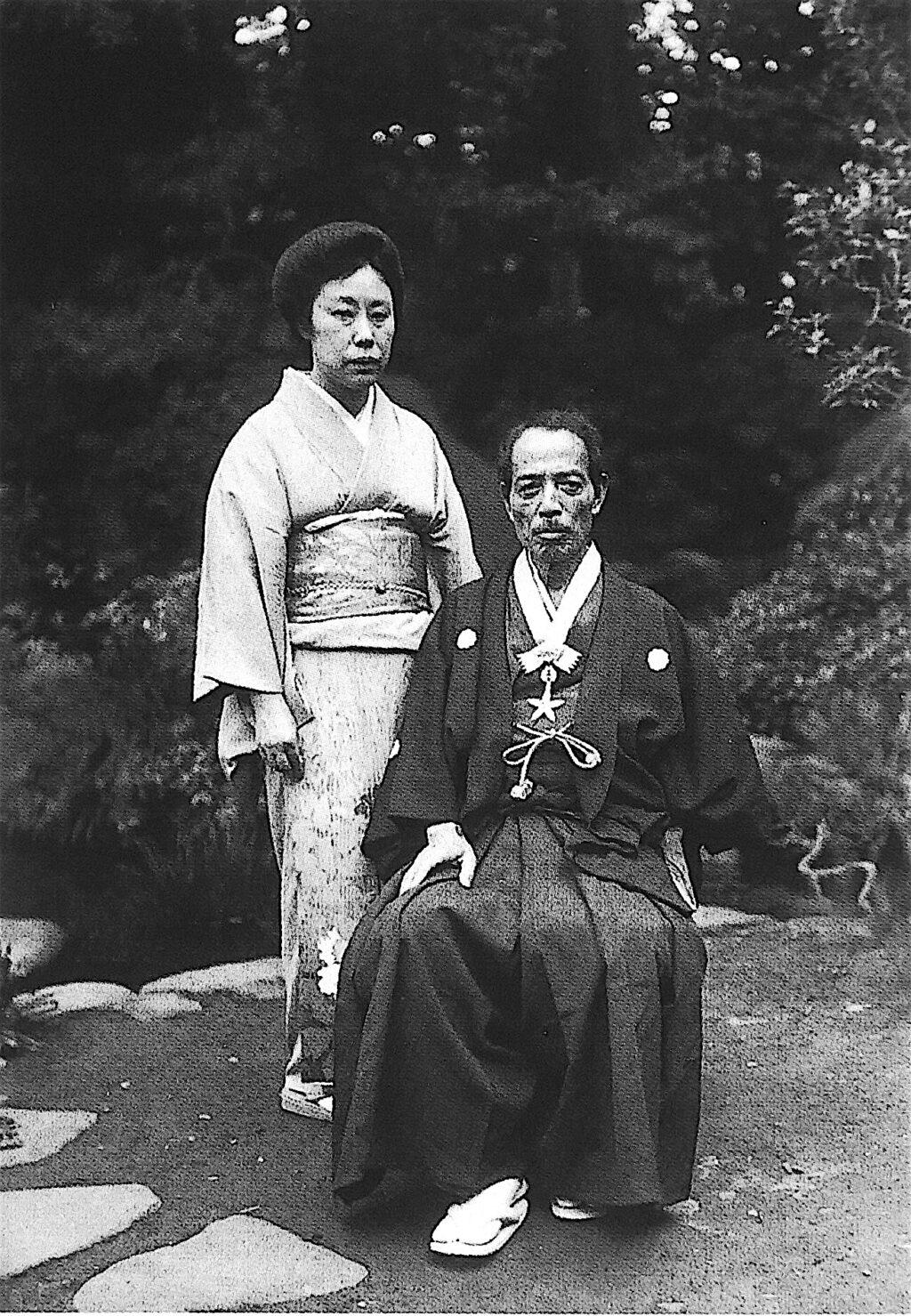 昭和12年(1937)文化勲章受章の記念写真の大観と静子夫人