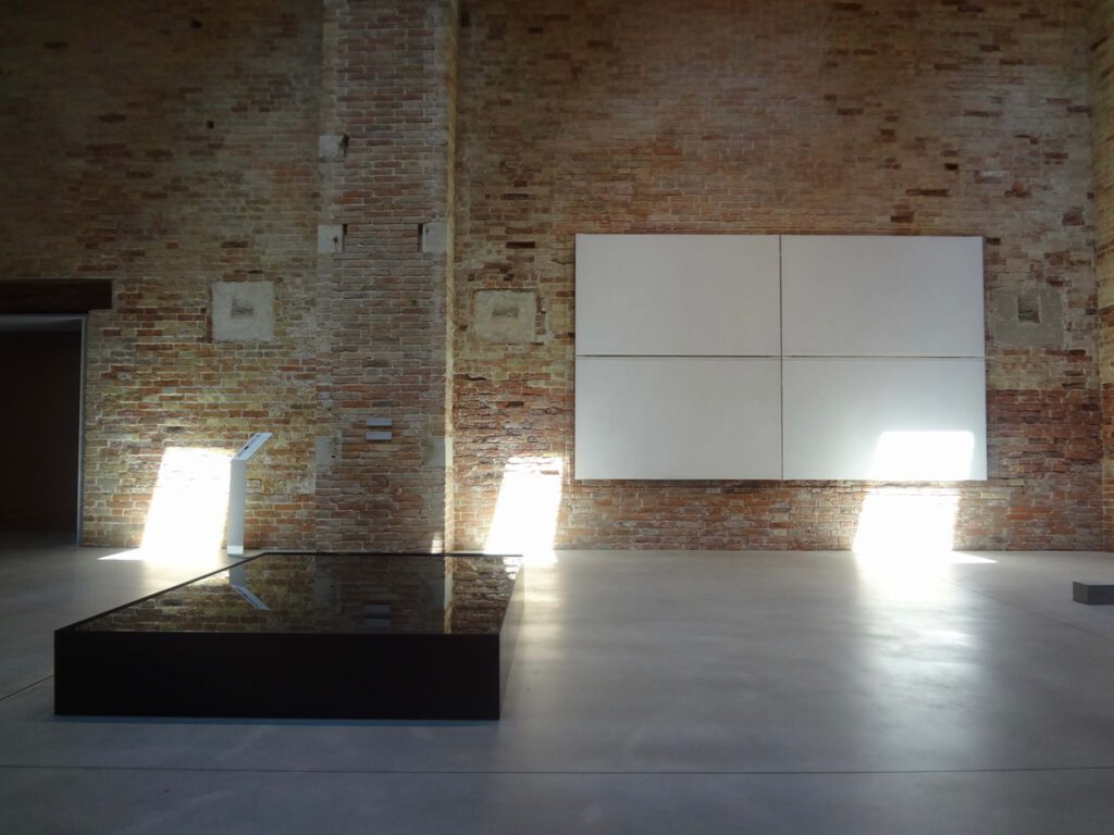 "関根伸夫 SEKINE Nobuo 空相ー水 (部分) Phase of Nothingness-Water 1969-2005-2012 (in front), Guilio Paolini ""Vedo"" 1969 (wall)"