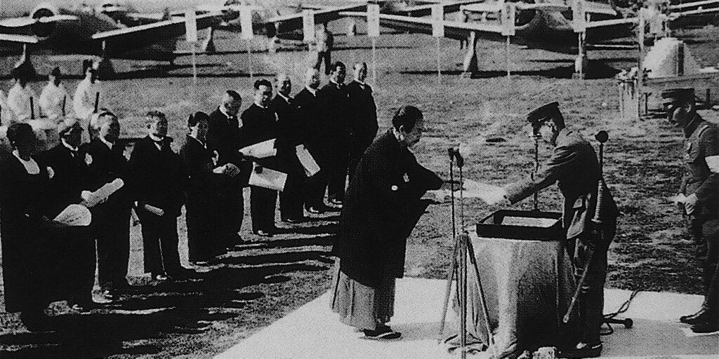 羽田飛行場で戦争画家横山大観 ー 横山大観号と名付けられた爆撃機 1941年(皇紀2601年、昭和16年)