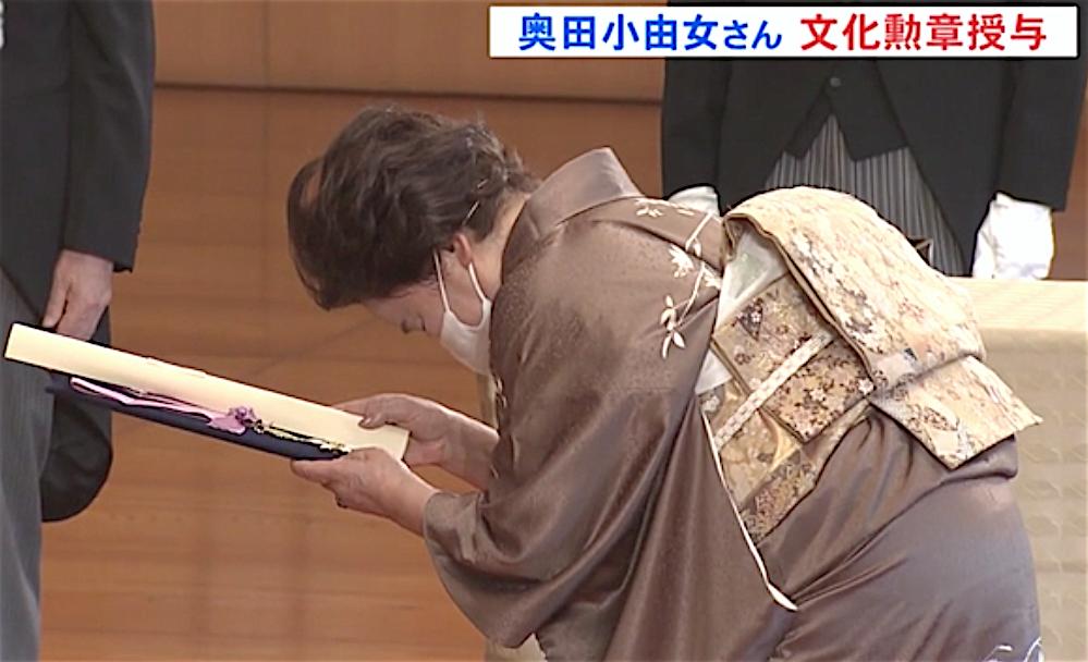 親授式は、午前10時半から皇居正殿松の間で行われ、奥田小由女さんら3人に天皇陛下から文化勲章が手渡されました