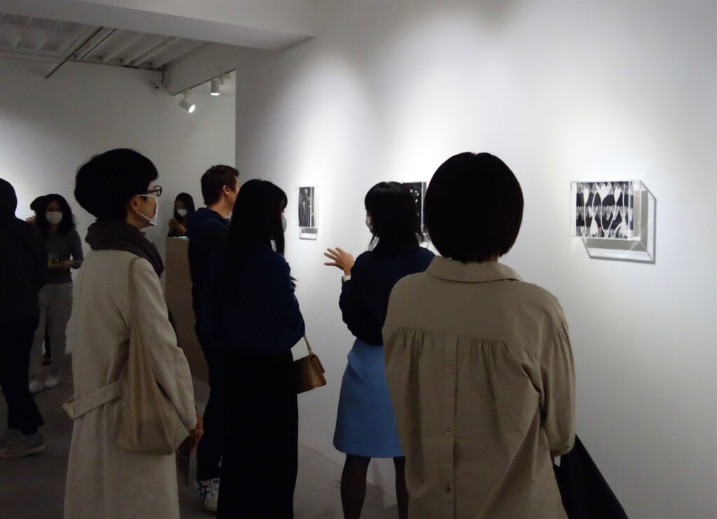 Gallery owner KUBOTA Maho lecturing about the new works by Nagashima