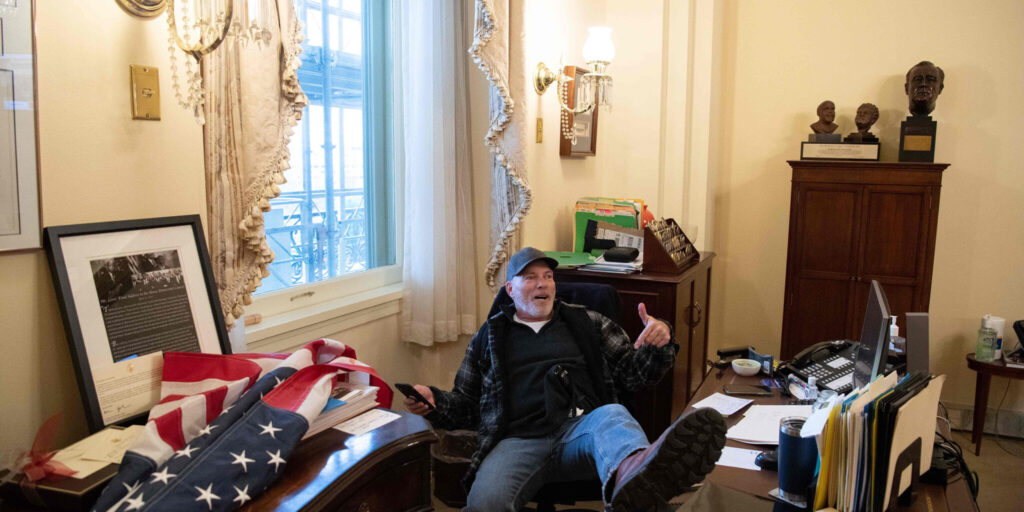 A supporter of President Trump sits inside Speaker Pelosi's office 2021/1/6