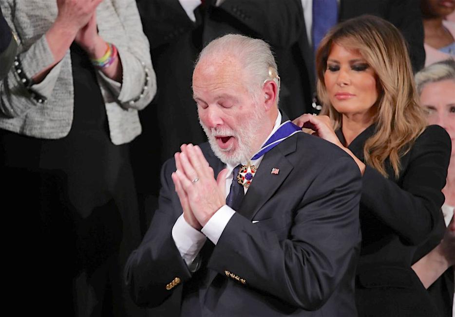 昨年、ラッシュ・リンボーが前アメリカ合衆国のファーストレディのメラニア・トランプから大統領自由勲章を授けられた