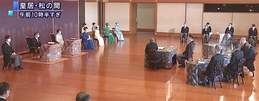 「歌会始の儀」で朗詠を聞かれる天皇、皇后両陛下=皇居・宮殿「松の間」で令和三年三月二十六日午前10時55分