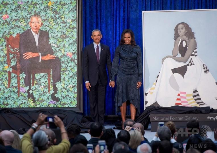 バラク・オバマ前米大統領夫妻は12日、首都ワシントンの国立肖像画美術館で、同夫妻をそれぞれ描いた肖像画2点、(右)エイミー・シェラルド作