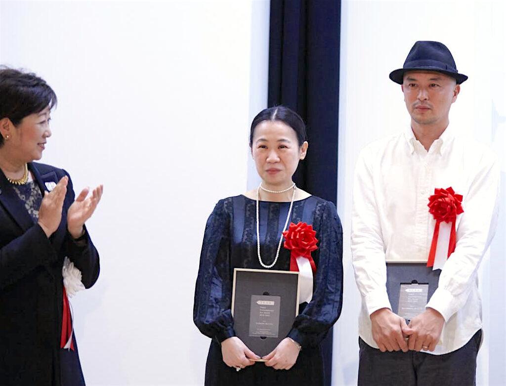 東京都知事 Tokyo Governor KOIKE Yuriko 小池百合子 with KAZAMA Sachiko 風間サチコ and SHITAMICHI Motoyuki 下道基行 @ Tokyo Contemporary Art Award ceremony 授賞式 2019年