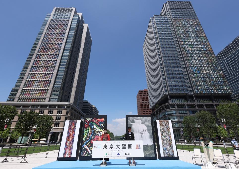 """オリンピックの東京大壁画の横尾忠則・美美親子 YOKOO Tadanori and his daughter YOKOO Mimi's arty work for the Olympics """"The Great Tokyo Mural"""" 17th of July 2021"""