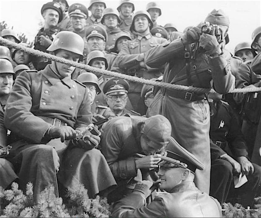 レニ・リーフェンシュタール Leni Riefenstahl (center), October 1939 Warsaw