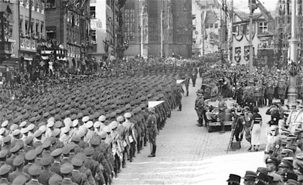 レニ・リーフェンシュタール Leni Riefenstahl (right) with Camera-Team, Nürnberg September 1934
