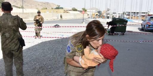 カブール:トルコの女性ジャンダルマ兵士がアフガン難民の赤ちゃんを助ける