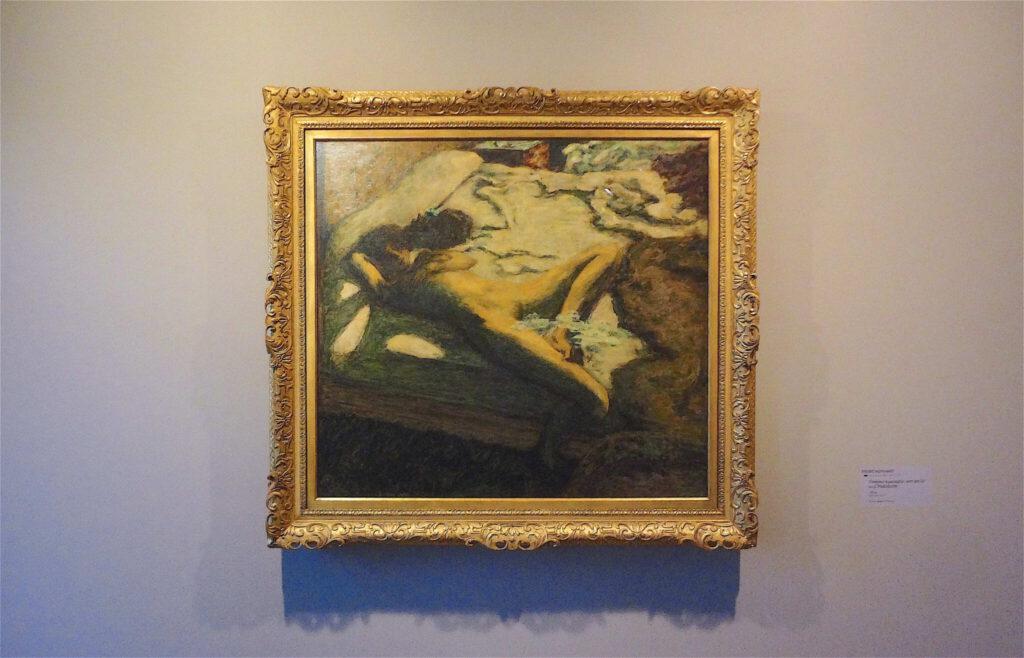 ピエール・ボナール「ベッドの上でうとうとする女性」又は「惰性的な女性」1899年 油、96.4 x 105.2 cm、ボナール美術館
