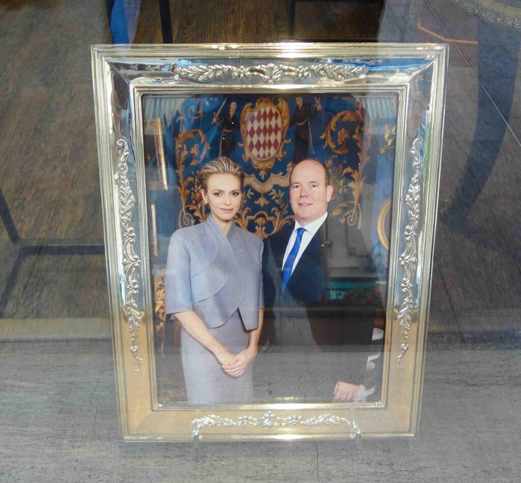 モナコ公国の君主アルベール2世とシャルレーヌ (モナコ公妃)