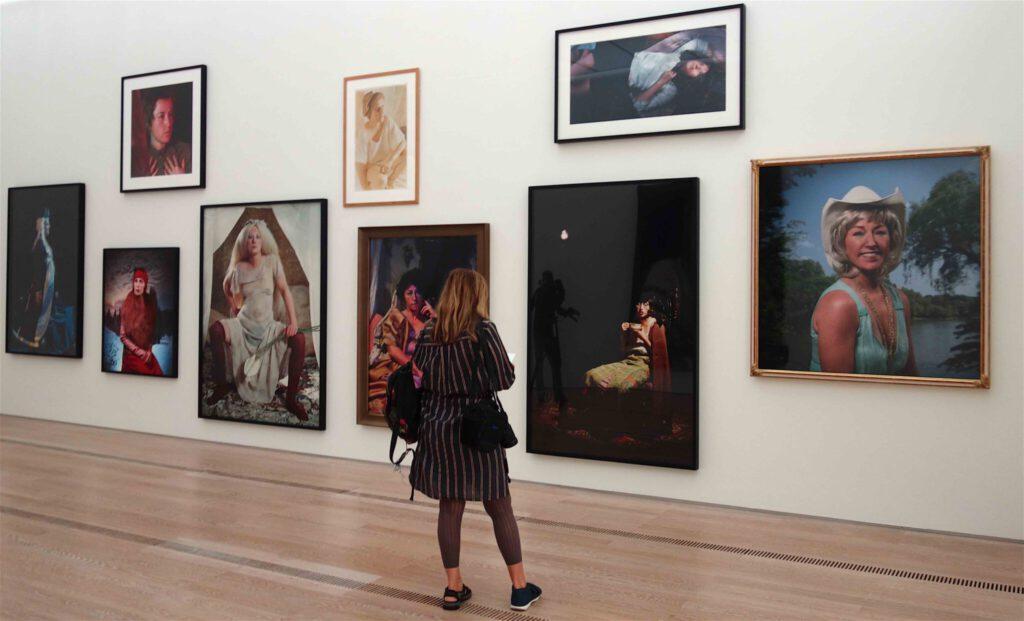 シンディ・シャーマン、展示風景、「無題」作、クロモグラフィー・プリント、1981年〜2016年