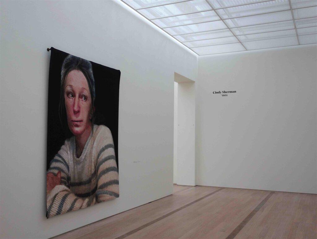 シンディ・シャーマン「無題」綿、ウール、糸、アクリル、メルクリセ、ルレックス、織り込み、290.8 x 226.7 センチ、2019年、展示風景
