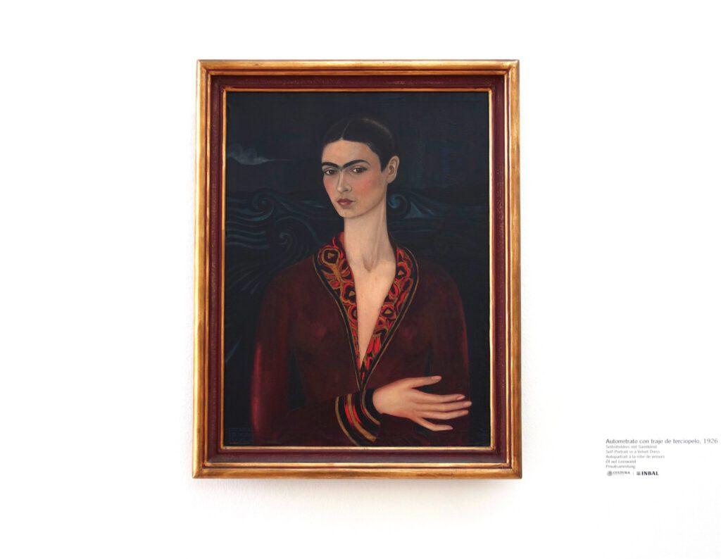 フリーダ・カーロ「ベルベットのドレスを着た自画像」 油絵、79.7 x 59.9 センチ、1926年