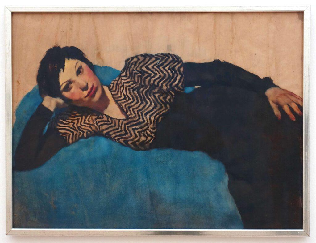 ロッテ・ラーゼルシュタイン「横になる女子、青背景」紙に油彩、69 x 93 センチ、約1931年